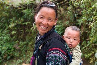Lachende Hmong-Frau bei Sapa