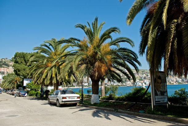 Mercedes auf der Uferstraße in Sarandë