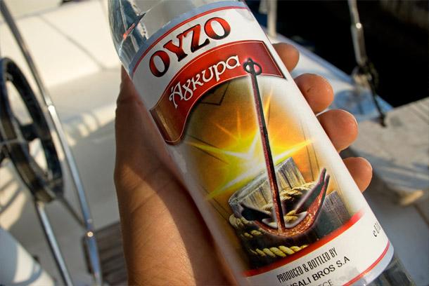 Flasche Ouzo mit farbig leuchtendem Etikett
