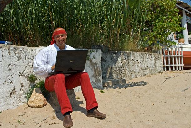 Mit Laptop am Strand von Stoupa